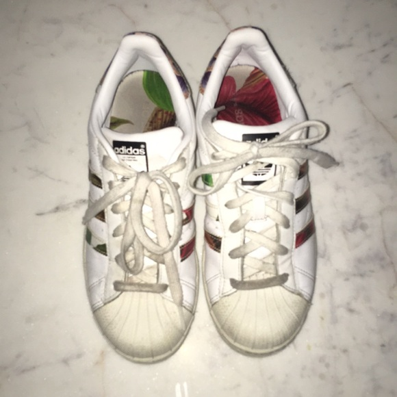 separation shoes 0f01e fed7d Adidas Superstar Women's US 6 Floral Print Used